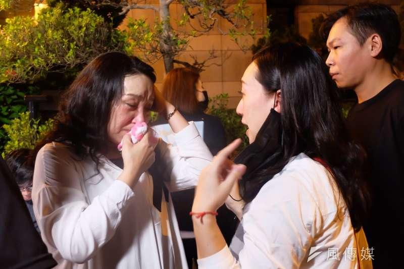 林鈺雄律師陪同王昊姑姑王薇君遞王昊案再審狀,中間一度受到警察攔阻。(資料照片,謝孟穎攝)