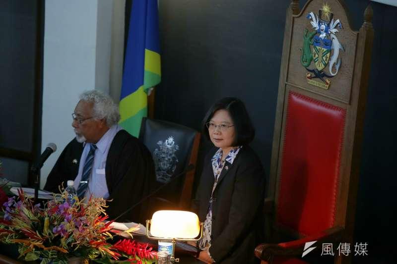 總統蔡英文於今(2)日出訪索羅門群島,並首度回應特赦陳水扁一事,她表示,「如果我們覺得社會有一定的共識,時間也適合的話,我們就來考慮吧」。(總統府提供)