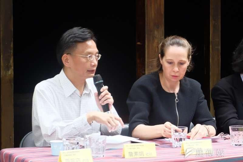目前任教於台北教育大學台灣文化研究所的何義麟(左),出席於蔡瑞月舞蹈社舉辦之「台灣史論壇」,也分享他所認識的張炎憲老師。(謝孟穎攝)