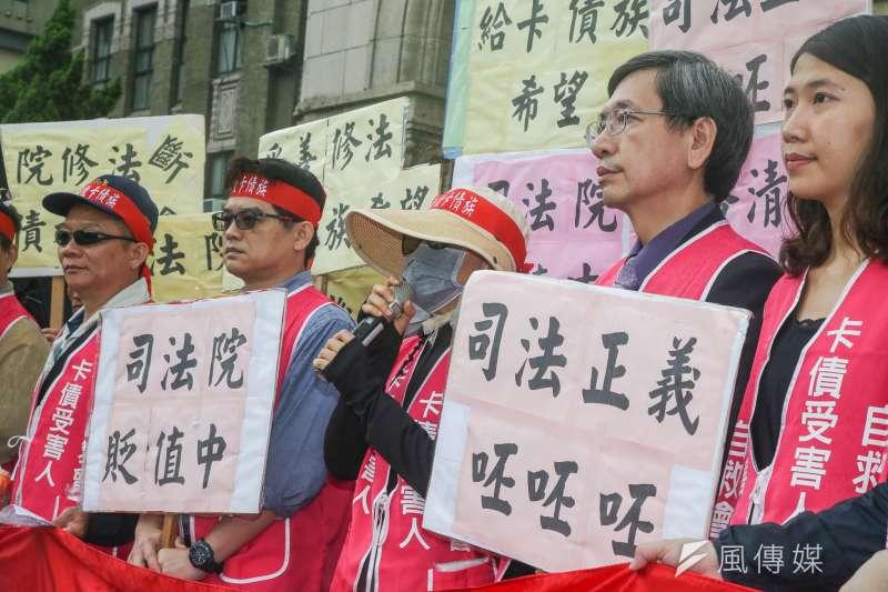 卡債受害人自救會顧問李永頌(右二)與李老師(右三)出席。(陳明仁攝)