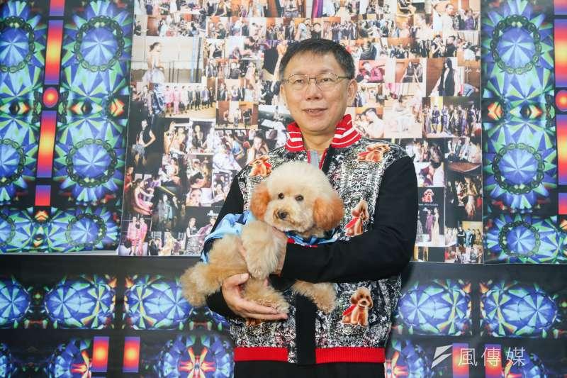 台北市長柯文哲11月4日出席MIT艋舺健走活動暨商圈轉型示範店家參訪,柯文哲抱著流浪犬並穿著以該犬為設計主題的衣飾。(陳明仁攝)