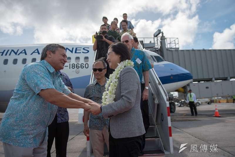 總統蔡英文出席美國關島總督府歡迎酒會,關島總督卡爾沃(Eddie Baza Calvo)迎接。(總統府提供)