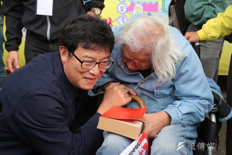 民進黨立委姚文智(左)確定將在12月中旬舉辦記者會,正式宣布參選台北市長。圖為姚文智5日出席「獨立台灣,百年堅持:史明歐吉桑生日分享會」。(顏麟宇攝)