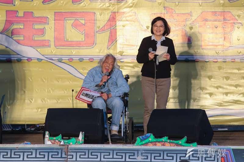 總統蔡英文(右)於臉書悼念總統府資政,台獨革命家史明(左)。(資料照,顏麟宇攝)