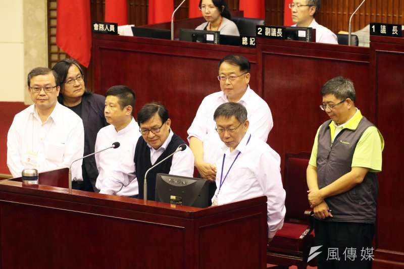 台北市議會下午舉行市政總質詢,台北市長柯文哲(右二)出席。(蘇仲泓攝)