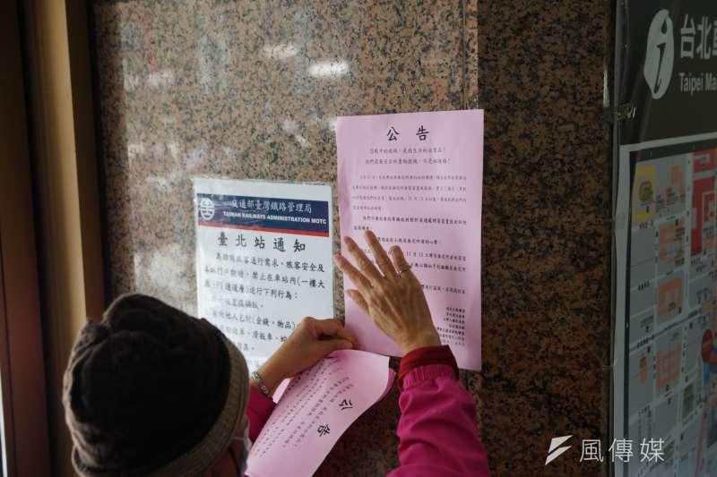 20171108-當代漂泊協會聲援台北車站街友記者會,在車站四周貼上文宣表達訴求。(盧逸峰攝)