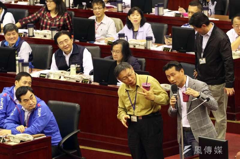 台北市議員戴錫欽9日質詢時,詢問台北市前法務局長楊芳玲去職原因,台北市長柯文哲脫口說出,大巨蛋仲裁結果讓他非常憤怒,但離職不會是單一事件所造成。(蘇仲泓攝)
