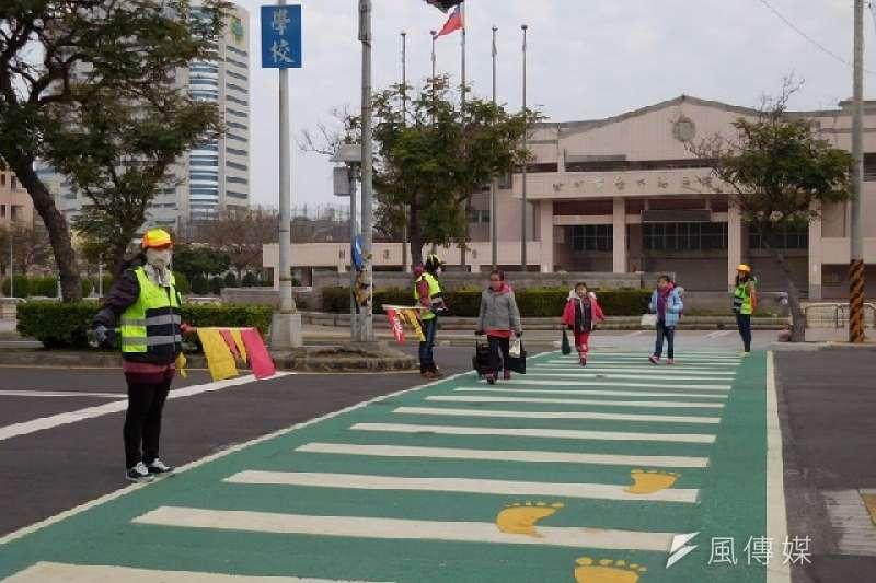為防範學童上下學交通意外,中市府於學校門口畫設「綠斑馬」,獲家長肯定。(圖/曾家祥攝)