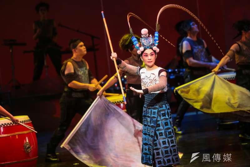 以打擊樂搭配京劇的形式,將家喻戶曉的花木蘭故事重新演繹,塑造了一個勇敢卻又魯莽、衝動並且懊悔,心心念念著返鄉的木蘭。(顏麟宇攝)