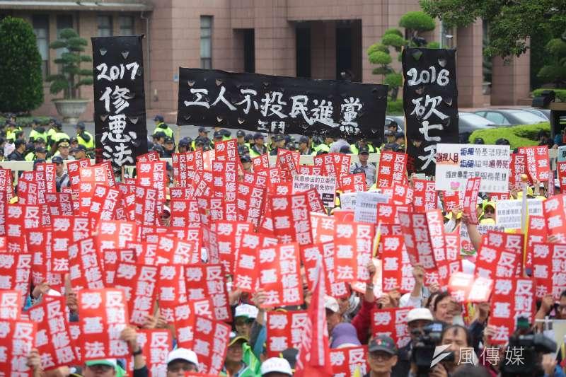 勞基法修法屢屢引發爭議,台大國發所副教授辛炳隆認為,台灣工會組織率這麼低,勞資會議常流於形式,讓勞資雙方對於勞資會議,有很大的不信任。圖為各工會、勞團日前串聯抗議勞基法修法。(資料照,顏麟宇攝)