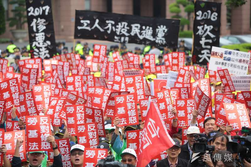 各工會、勞工團體日前於政院門口抗議勞基法修惡行動。台北市勞動局21日也在「勞動台北」臉書粉絲專頁痛批勞動部,所謂的勞資會議「監督無罰則」、「形式大於實質」。(資料照,顏麟宇攝)