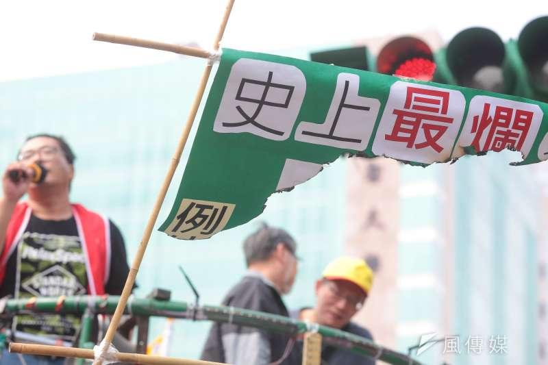 近日《勞基法》修法引發熱議,作者回顧馬政府執政時期週休二日的修法始末,指出國、民兩黨「換了位置,換了腦袋」的種種反轉舉措,對台灣在政治事務上往往淪為政黨惡鬥提出隱憂。圖為各工會、勞工團體9日於政院門口抗議《勞基法》修惡行動。(顏麟宇攝)