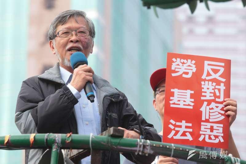 文化法律系教授邱駿彥及各工會、勞工團體去年11月9日於政院門口抗議勞基法修惡行動。(資料照,顏麟宇攝)