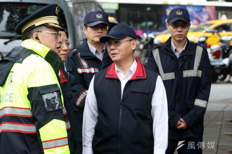 20171109-勞工團體上午前往行政院外抗議,台北市警察局副局長方仰寧(中)也到場了解相關維安警力配置情形。(蘇仲泓攝)