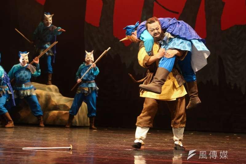 20171110-紙風車劇團「諸葛四郎」彩排,劇中傳統戲曲武打功夫了得。(陳明仁攝)