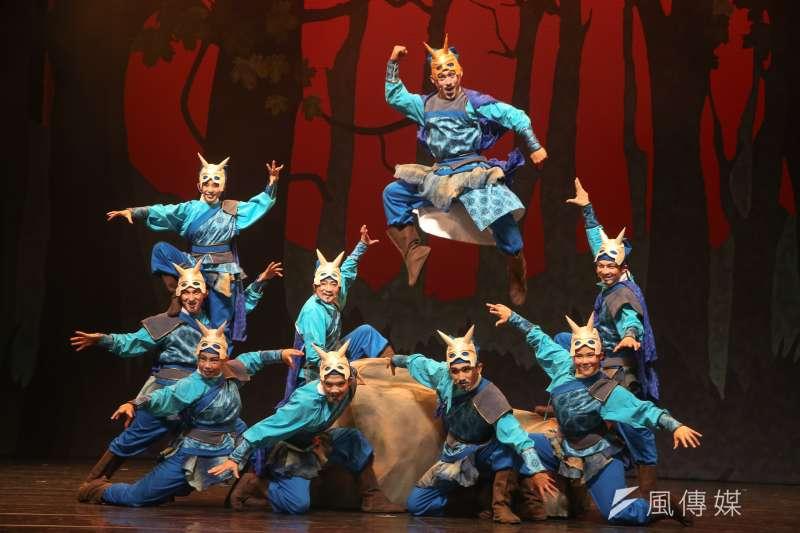 20171110-紙風車劇團「諸葛四郎」彩排,魔鬼黨和首領的出場,以戲曲武功結合  現代街舞、機械舞來呈現。(陳明仁攝)