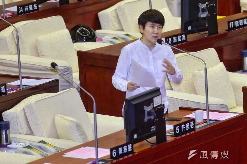 台北市議員許家蓓在質詢中指出台北市公車候車亭有偷工減料情形。(資料照,甘岱民攝)