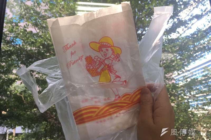 買東西常拿到的塑膠袋、紙袋,讓健康暴露在塑膠毒害中。(攝/鐘敏瑜)