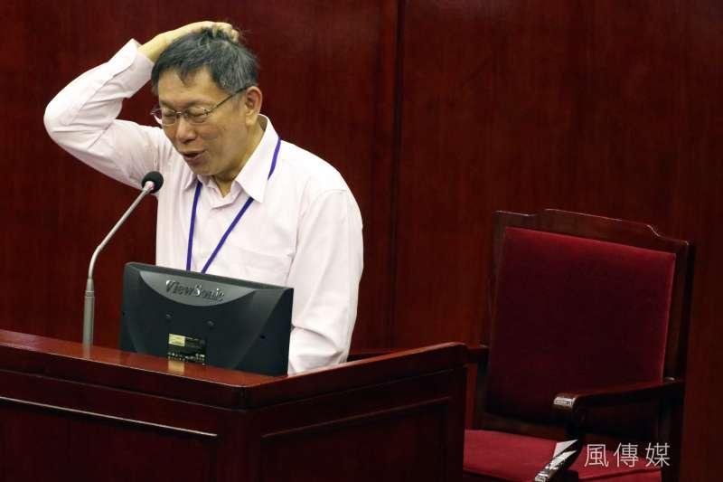台北市長柯文哲前往市議會進行總質詢及答覆,被問到陳菊如果參選台北市長是否會感到威脅,柯文哲表示「台北市民素質蠻高的」。(蘇仲泓攝)