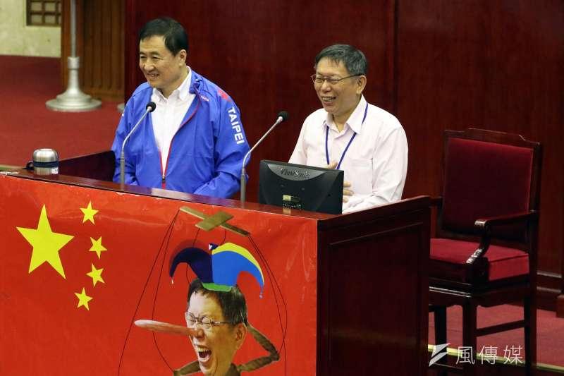 20171113-台北市長柯文哲下午前往市議會,進行總質詢及答覆。左為副市長陳景峻。(蘇仲泓攝)