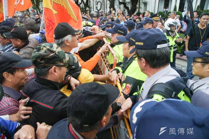 反年改團體「八百壯士」至行政院抗議軍人年改方案,訴求「林萬億背信無恥,要求親自出面說明」。(陳明仁攝)