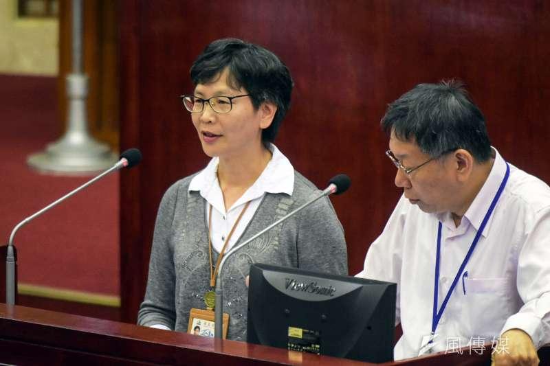 20171113-台北市長柯文哲下午前往市議會,進行總質詢及答覆。左為市長辦公室主任蔡壁如。(蘇仲泓攝)