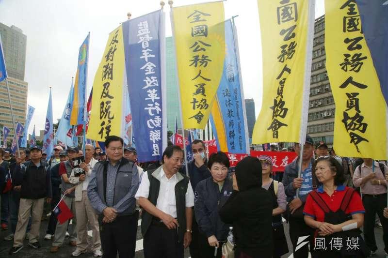反年改團體八百壯士抗議「林萬億背信無恥,要求親自出面說明」。(陳明仁攝)
