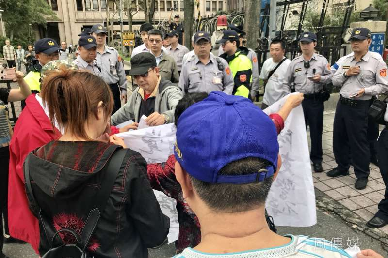20171114-愛國同心會在外交部前抗議,聲援中共十九大的台灣代表盧麗安。(謝孟穎攝)