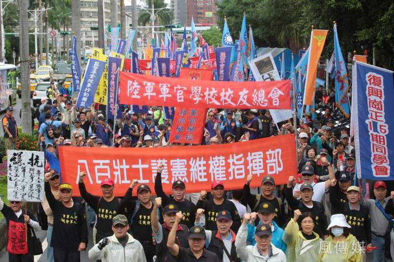 國防部今(14)日公布2017年軍人退撫新制草案重點。圖為反年改團體八百壯士步行至凱道抗議年改方案。(顏麟宇攝)