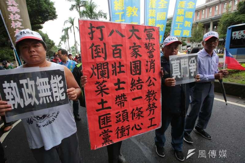 2017-11-13-反年改團體八百壯士行政院前抗議軍人年改方案,步行於中山北路。(顏麟宇攝)
