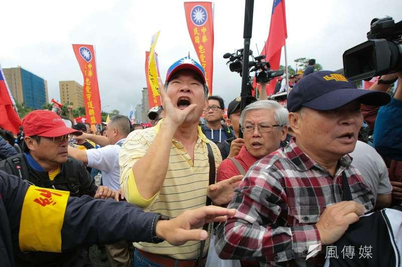 2017-11-13-反年改團體八百壯士行政院前抗議軍人年改方案,步行至凱道,並與維安警力發生衝突。(顏麟宇攝)