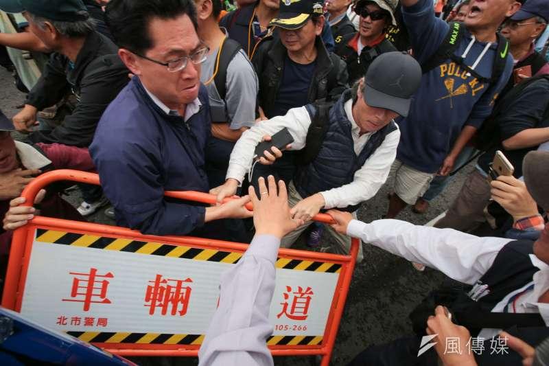 2017-11-13-反年改團體八百壯士行政院前抗議軍人年改方案,步行至凱道,並與維安警力發生衝突03。(顏麟宇攝)