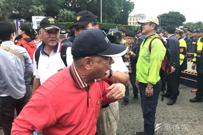 2017-11-14-反年改團體八百壯士行政院前抗議軍人年改方案。抗議民眾遭警方舉牌,不滿上前推擠。(謝孟穎攝)