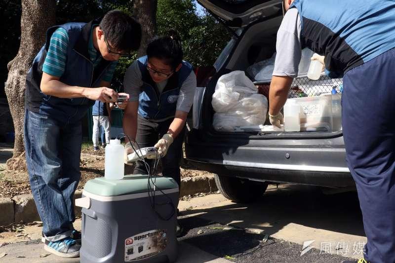20171116-風數據水污染熱區專題,新竹縣環保局人員進行放流井水質檢測作業,並對採集的樣本拍照存證。(蘇仲泓攝)