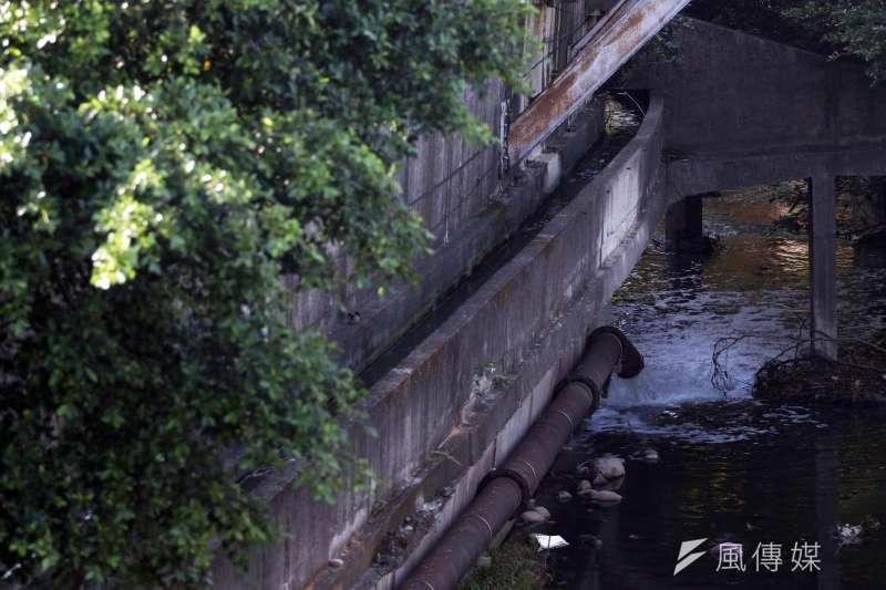 《水污染防治法》曾在2015年2月大修過,強化刑責與罰則,放流水超標、繞流偷排,罰鍰上限升為2000萬元,環保署今(26)天召開記者會,展現水污染防治成效,圖為新竹縣一處廢水放流口。(蘇仲泓攝)