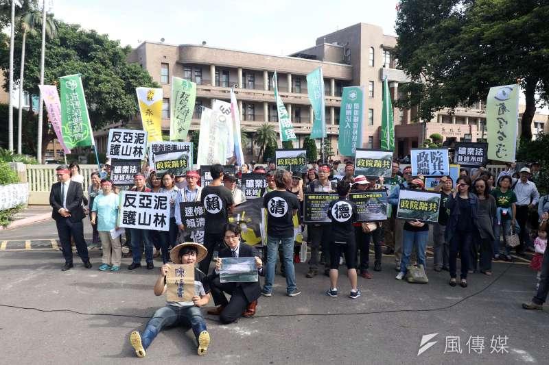 地球公民基金會在行政院外召開「速修礦業法,賴院長醒醒」記者會,現場以行動劇的方式表達訴求。(蘇仲泓攝)