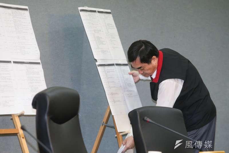 20171116-台北市副市長鄧家基、陳景峻、林欽榮等率相關局長說明大巨蛋案相關議題,鄧家基把背後為相關會議一覽表密密麻麻資料表扶正。(陳明仁攝)
