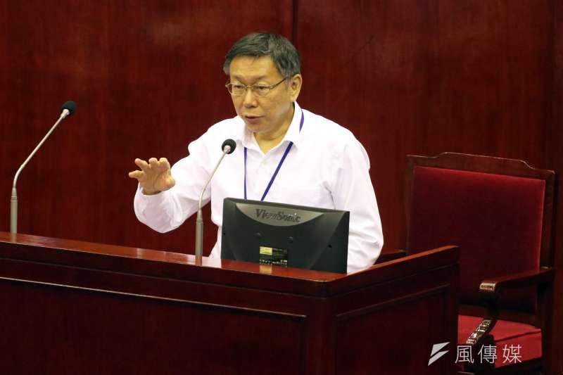 台北市長柯文哲今(17)天進行市政總質詢及答覆,被問及與綠營的關係,脫口說出「民進黨大部分對我都很友善,除了王世堅之外」一番話,引來一陣笑聲。(蘇仲泓攝)