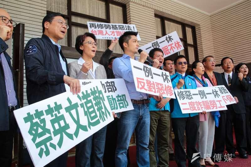國民黨立委17日試圖阻止勞基法修正草案付委未果,於議場外召開記者會。(顏麟宇攝)