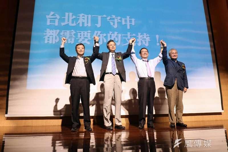 2017年11月18日,前立法委員丁守中(右2)宣布參選台北市長,市政顧問團包括前行政院長張善政(左2)、毛治國(右1)、前勞動部長陳雄文(左1)。(蘇仲泓攝)