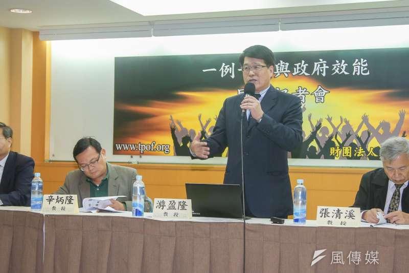 財團法人台灣民意基金會的最新民調顯示,對於「一例一休」修法的民意反應,發現20歲以上的台灣成年人中,有53%贊成修法行動,33%反對。圖為台灣民意基金會董事長游盈隆(右)。(陳明仁攝)