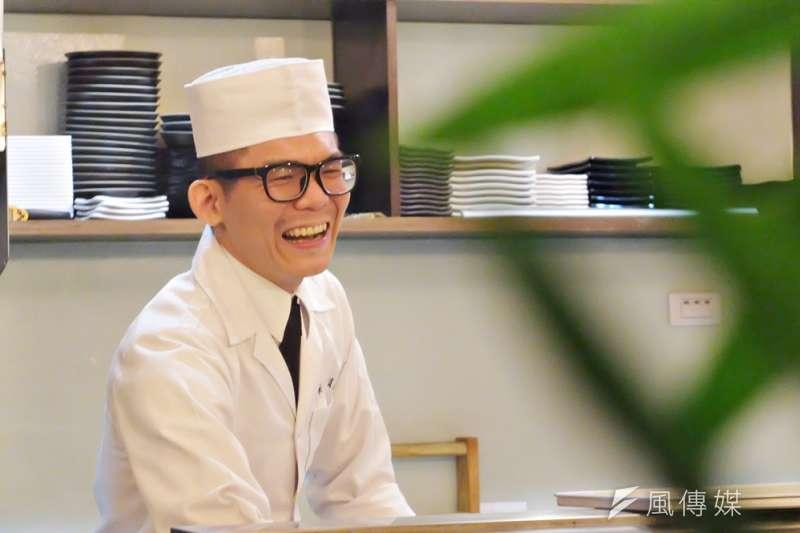 30幾歲毅然回到年輕人紛紛外流的屏東潮州小鎮開店,他笑說第一大優點是「沒台北那麼冷」(謝孟穎攝)