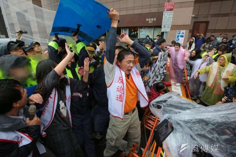 大觀社區自救會民進黨部前抗議,自救會民眾與警衝突。(顏麟宇攝)