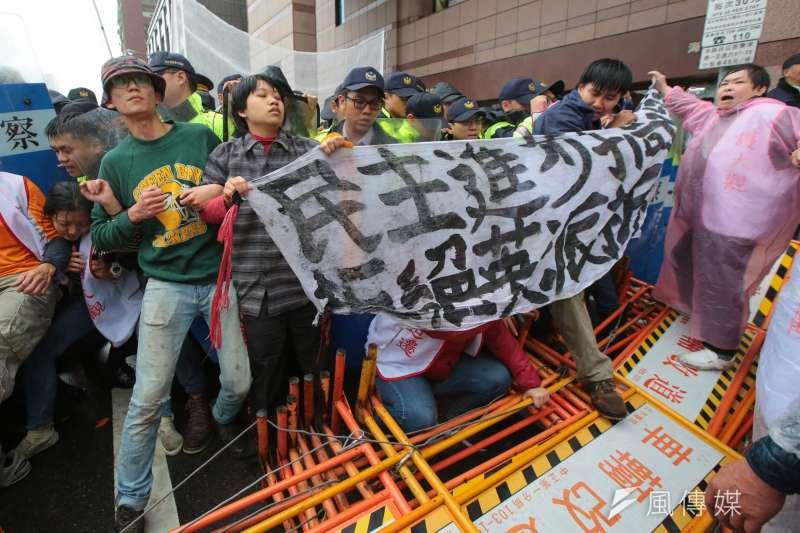 2017-11-22-大觀社區自救會民進黨部前抗議,自救會民眾與警衝突05。(顏麟宇攝)