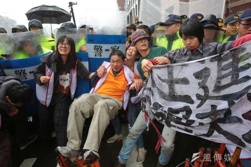 2017-11-22-大觀社區自救會民進黨部前抗議,自救會民眾與警衝突04。(顏麟宇攝)