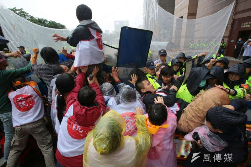 2017-11-22-大觀社區自救會民進黨部前抗議,自救會民眾與警衝突02。(顏麟宇攝)