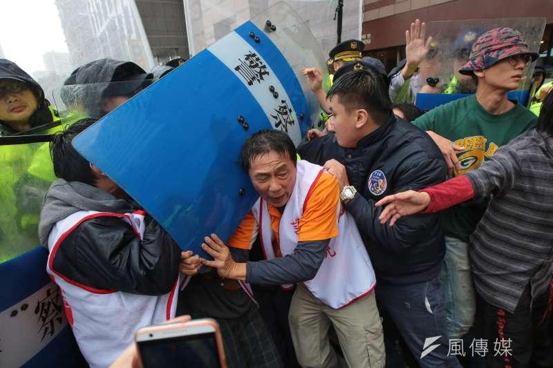 20171122-大觀自救會22日於民進黨部前試圖攔車向總統蔡英文陳情,遭優勢警力阻擋。(顏麟宇攝)