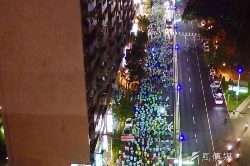 立委趙天麟18日舉辦「大高雄38區公益完跑」最終場,預計有超過2萬名跑友參與夜跑活動。(圖/趙天麟辦公室提供)