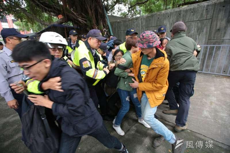 大觀社區自救會22日上午到總統蔡英文官邸前陳情,卻遭上百警力強勢包圍,甚至有相關成員被強行拖走。(顏麟宇攝)