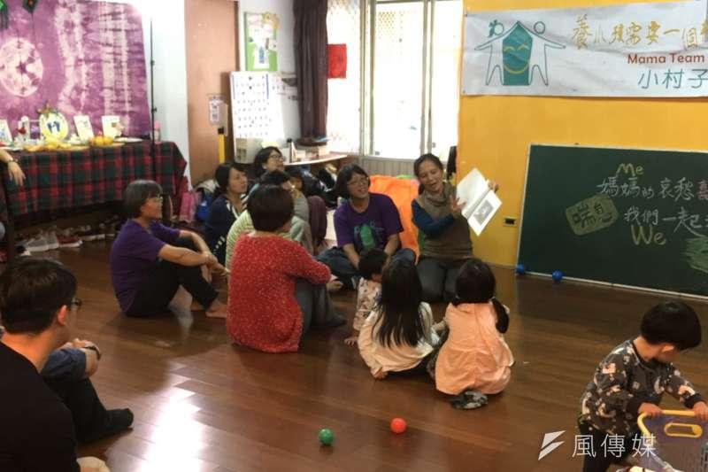 小村子(MamaTeamUp)利用行動劇傳遞媽媽的哀愁喜樂。(圖/風傳媒攝)